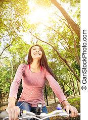 asiatico, sentiero per cavalcate, donna sorridente, foresta, bicicletta, giovane