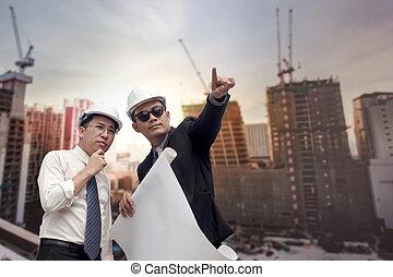 asiatico, uomo affari, dall'aspetto, e, indicare, dito, lontano, e, ingegnere, architetto, presa, costruzione, industriale, piano, fondo, per, lavorare insieme, come, squadra, concetto