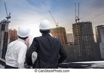 asiatico, uomo affari, dall'aspetto, e, indicare, dito, lontano, e, ingegnere, architetto, presa, costruzione, industriale, piano, fondo, per, lavorare insieme, come, squadra, concetto, vista posteriore
