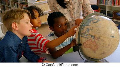 asiatique, école, sur, femme, globe, gosses, enseignement, 4k, prof, bibliothèque, table, jeune