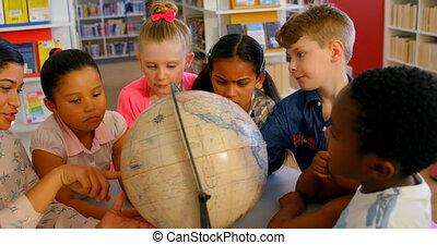 asiatique, école, sur, femme, globe, gosses, enseignement, 4k, prof, bibliothèque, table