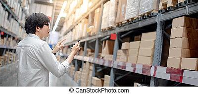 asiatique, acheteur, vérification, liste achats, dans, entrepôt