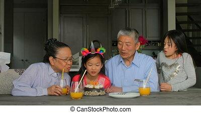 asiatique, anniversaire, maison, vue, petite-filles, mignon, multi-generation, 4k, célébrer, famille