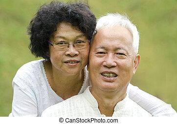 asiatique, couples aînés, à, extérieur, parc