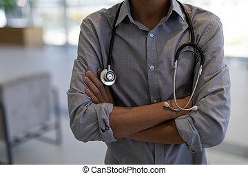 asiatique, debout, docteur, mâle, traversé, hôpital, bras