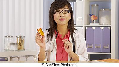 asiatique, docteur, expliquer, prescription