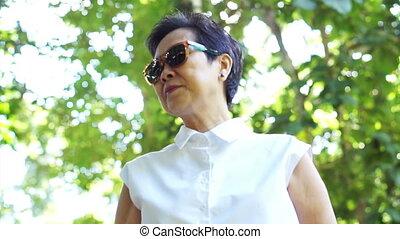 asiatique, femme aînée, lunettes soleil