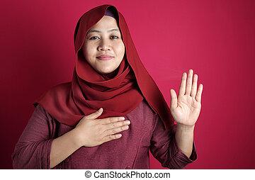 asiatique, geste main, musulman, confection, femme, promesse, poitrine, gage