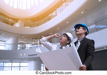 asiatique, homme affaires, et, ingénieur, architecte, professionnel, occupation, constitué, ville, regarder loin, et, tenue, construction, industriel, plan, pour, fonctionnement, concept