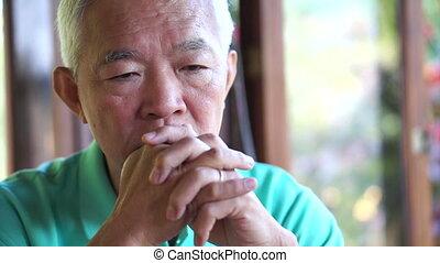 asiatique, personne agee, type, souci, et, triste, figure
