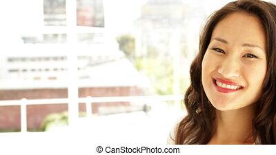 asiatique, sourire, appareil photo, femme affaires