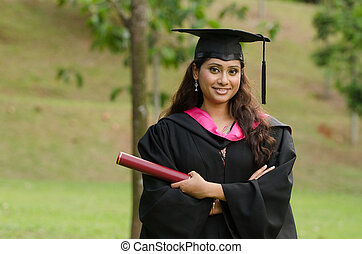 asiatique sud, femme, diplômé, à, arrière-plan vert