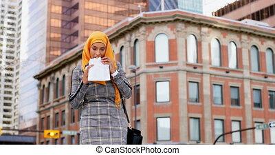 asiatique, ville, nourriture, hijab, vue, bas, 4k, femme, angle, manger, jeune