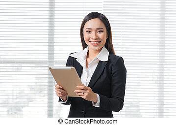 asiatisch, geschäftsfrau, mit, digital tablette, in, büro.