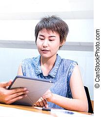 asiatisch, geschäftsfrauen, gleichfalls, arbeitende , mit, kollege, in, büro
