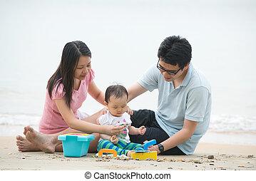 asiatische familie, spielende , strand