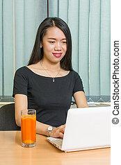 asiatische frau, arbeiten, a, laptop