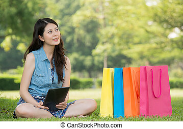 asiatische frau, gebrauchend, digital tablette, denken, online kaufen