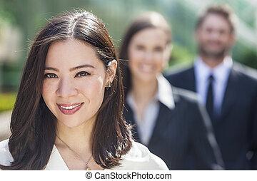 asiatische frau, geschäftsfrau, zwischenrassisch, geschäft mannschaft