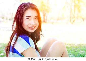 asiatische frau, lächeln glücklich, auf, sonnig, sommer, oder, fruehjahr, tag, draußen, in, park.