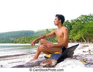 asiatischer junge, mit, laptop, auf, sandstrand