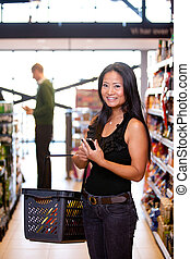asiatisk kvinna, in, supermarket