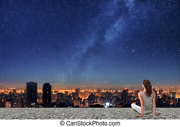 asiatisk kvinna, tittande på, natt, stad