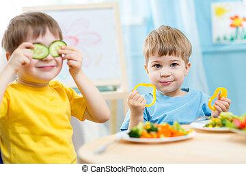 asilo, bambini mangiando