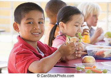 asilo, bambini mangiando, pranzo