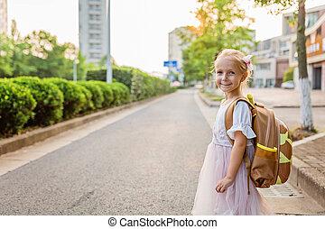 asilo, camminare, scuola, studio, concept., secondo, indietro, primo, autunno, dietro, cartella, pupilla, cultura, solo, casa, ragazza, educazione, giorno, prescolastico, capretto