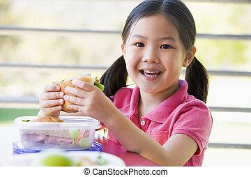 asilo, ragazza, mangiando pranzo