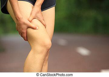 asimiento, mujer, pierna, herido, deportes