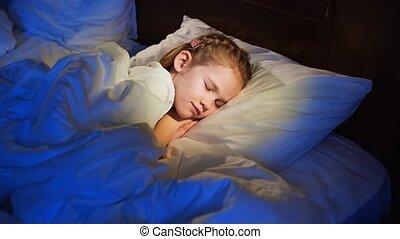 asleep., prétend, girl, peu, être