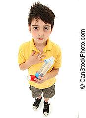 asmático, niño, con, inhalador, y, espaciador, cámara