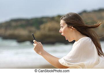asombrado, niña, con, ella, elegante, teléfono
