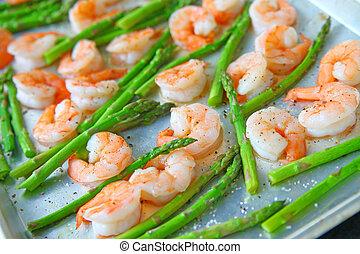 Asparagus and shrimp with coarse salt
