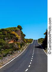 asphaltstraße, durch, der, grünes feld, und, wolkenhimmel, auf, blauer himmel