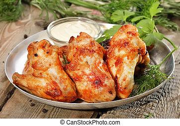 assado, asas galinha, com, molho, ligado, tabela madeira