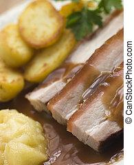 assado, barriga, suina, com, fritado, batatas, e, molho maçã