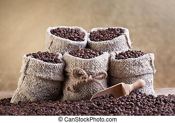 assado, feijões café, em, pequeno, burlap, sacolas