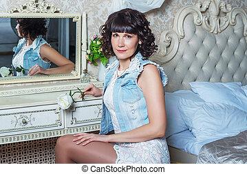 assaisonnement, miroir, femme, chambre à coucher, beau, jeune, séance, table