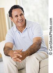 assento homem, em, sala de estar, sorrindo