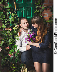 assento homem, ligado, alpendre, com, grávida, esposa, e, dar, dela, flores
