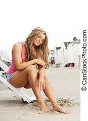 assento mulher, barefeet, jovem, areia, passos, praia