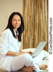 assento mulher, chão, com, computador