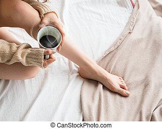 assento mulher, jovem, cama, excitado, lar, pernas