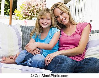 assento mulher, jovem, menina sorridente, pátio