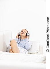 assento mulher, jovem, sofá, música, escutar