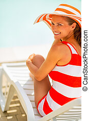 assento mulher, jovem, sunbed, sorrindo, chapéu