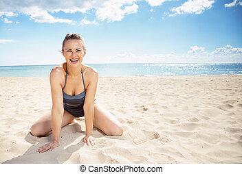 assento mulher, jovem, swimsuit, sorrindo, praia